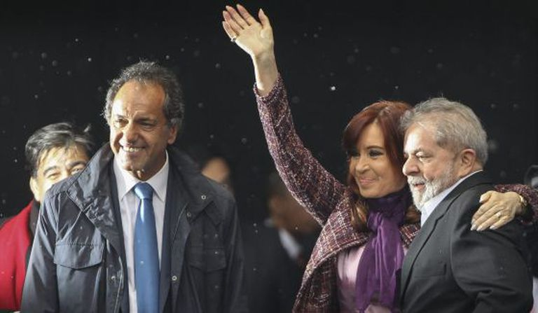A presidenta argentina com Daniel Scioli e Lula.