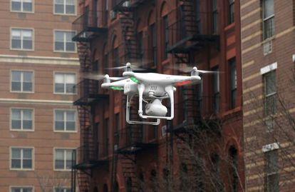 Um drone voando em Manhattan.