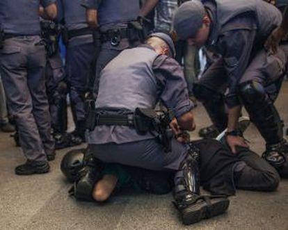 Policiais sobre manifestante no metrô Carrão, em São Paulo