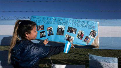 Malvina Vallejos pendura cartaz em homenagem ao irmão