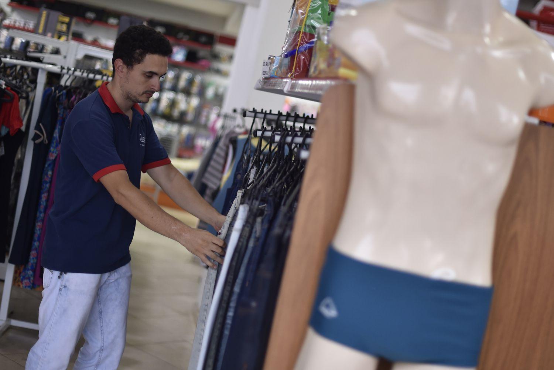 Gabriel da Silva, gerente de uma loja de roupas de Brumadinho, conta que as vendas no local dobraram em alguns meses do ano passado.