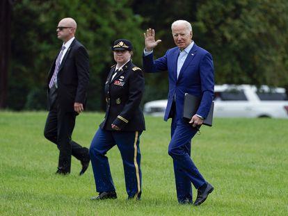 O presidente Joe Biden saúda sua chegada em Washington da residência de Camp David na segunda-feira.