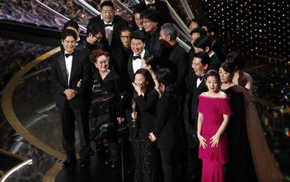 Kwak Sin Ae E Bong Joon-ho e elenco celebram o Oscar pelo filme sul-coreano 'Parasita'.