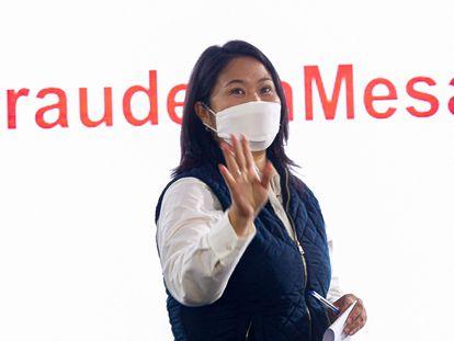 A candidata presidencial Keiko Fujimori durante uma entrevista coletiva nesta segunda-feira em Lima, na qual denunciou uma suposta fraude eleitoral.
