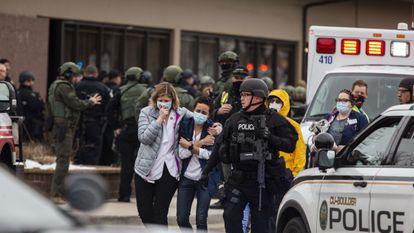 Funcionárias do supermercado deixam o local do massacre, nesta segunda-feira, em Boulder, Estado do Colorado (sudoeste dos EUA).