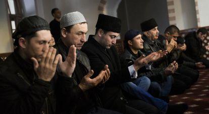 Um grupo de tártaros reza em uma mesquita de Simferopol.