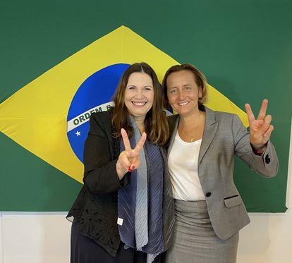A deputada bolsonarista Bia Kicis (DEM-DF) em encontro com a parlamentar alemã Beatrix von Storch, do partido de extrema direita Alternativa para Alemanha.