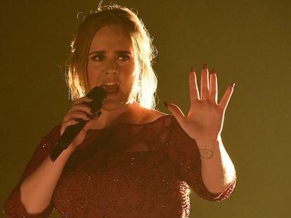 A cantora Adele, durante o 58º Grammy.