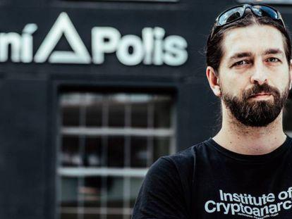 Criptoanarquista e especialista em segurança digital Milan Pulkrabek na frente do Paralelní Polis, em Praga, República Tcheca.