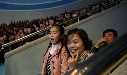 Uma família assiste a um espetáculo no aquário de Pyongyang.