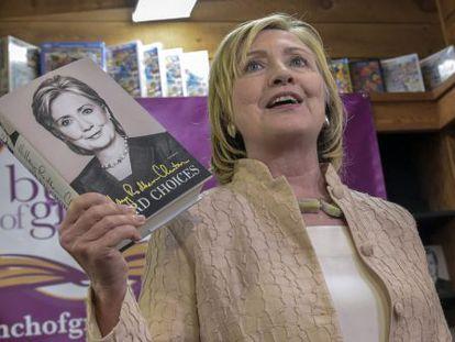 A ex-secretária de Estado dos EUA, Hillary Clinton, posa na quarta-feira passada com suas memórias em uma livraria de Martha's Vineyard.