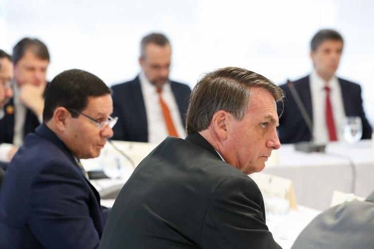 Jair Bolsonaro em reunião com o vice-presidente e ministros, no dia 22 de abril de 2020.