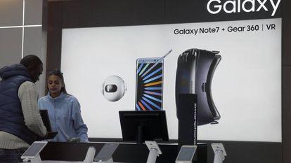 Produtos da Samsung expostos em balcão de loja.