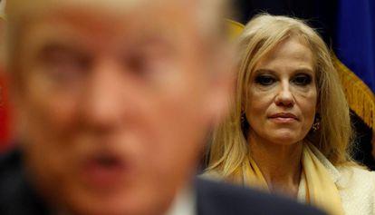 A assessora presidencial Kellyanne Conway, atrás do presidente Donald Trump.