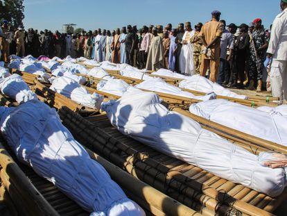 Funeral da matança em 28 de novembro de 2020 na Nigéria, perpetrada supostamente por membros do grupo jihadista Boko Haram.