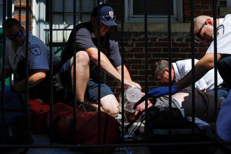 Serviços de saúde atendem um homem com overdose no verão passado em Salem, subúrbio de Boston.
