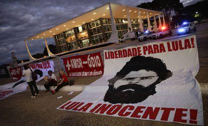 Apoiadores de Lula diante do STF nesta terça.