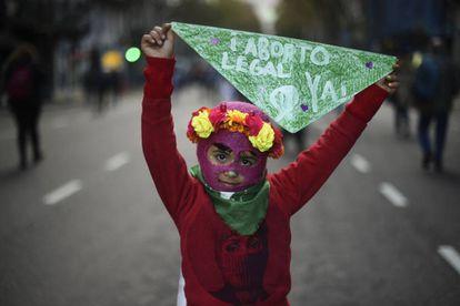 Uma menina pede a legalização do aborto na passeata Nem Uma a Menos.