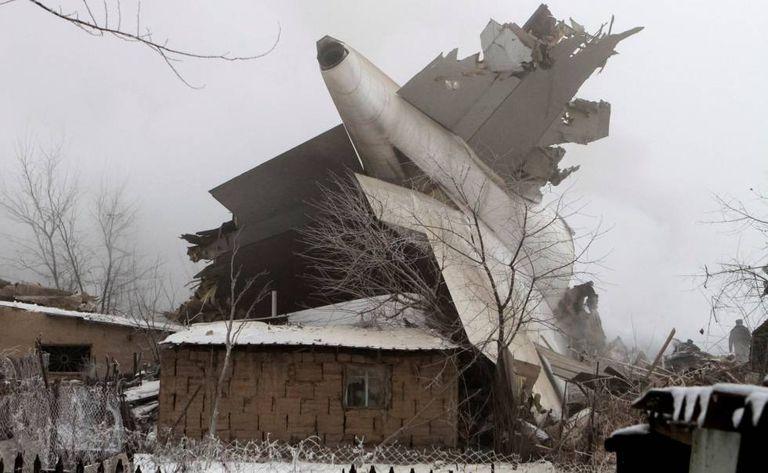 Destroços do avião depois de atingir uma área residencial no Quirguistão.