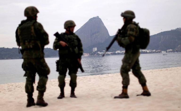 Soldados do exército brasileiro na praia do Flamengo, no Rio de Janeiro, nesta terça-feira.