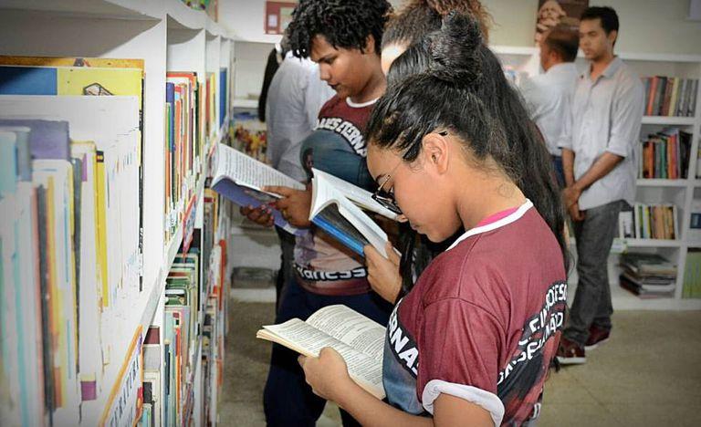 Programa Escola Digna leva bibliotecas a escolas do Maranhão.