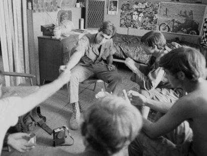 Soldados norte-americanos fumam maconha em seu acampamento na província de Quang Tri, durante a Guerra do Vietnã