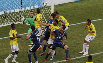 O momento em que Osako finaliza para o segundo gol do Japão.