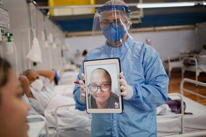 A estudante Bárbara dos Santos Raizza conversa com a mãe em uma vídeochamada.