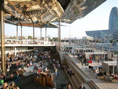 Mercado dels Encants, em Barcelona. Ao fundo, a torre Agbar.