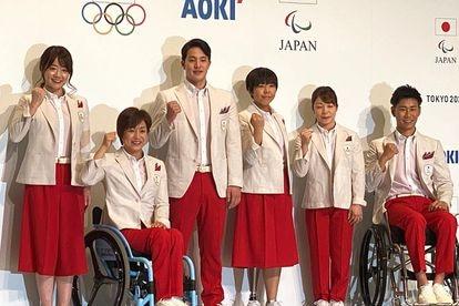 Delegação japonesa com seu uniforme olímpico.