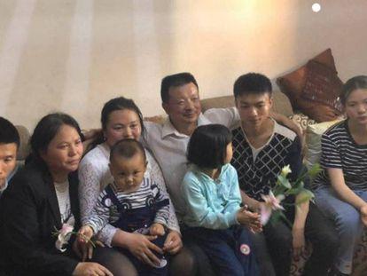 A família Wang, finalmente reunida com a filha desaparecida (vestida de branco, no centro da foto).