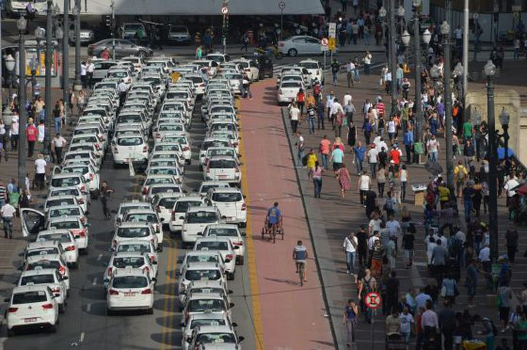 Taxistas param viaduto do Chá para protestar contra Uber.