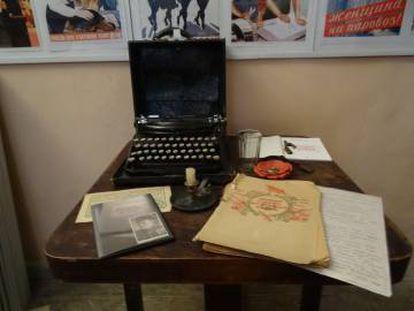 Peças do Museu de Gênero, entre elas é possível ver uma máquina de escrever da época soviética com teclado em ucraniano e a vela com a qual a diretora mostrou pela primeira vez a coleção a María Sánchez.