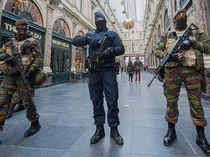 Polícia e o Exército vigiam o centro de Bruxelas.