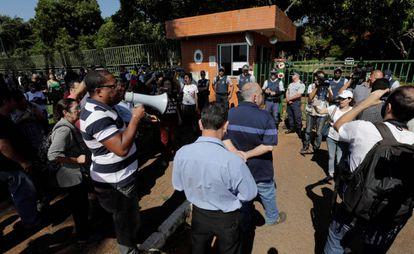 Apoiadores do presidente Nicolás Maduro do lado de fora da Embaixada em Brasília.