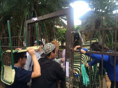 Alunos do Fernão Dias voltam à escola após uma manifestação.