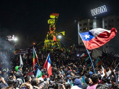 Milhares de chilenos comemoram na Praça Itália de Santiago a vitória da opção de mudança constitucional no referendo do domingo 25 de outubro. Em vídeo, imagens da comemoração em Santiago.