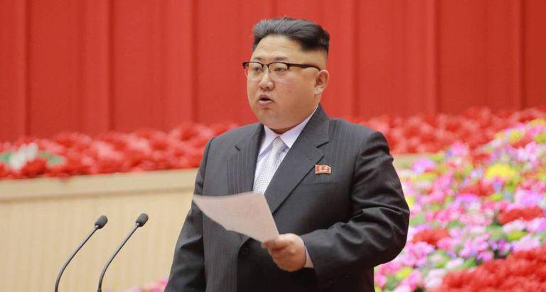Kim Jong-un faz discurso durante a Conferência de Presidentes dos Comitês de Primários do partido. No vídeo, o vice-primeiro-ministro da Malásia.