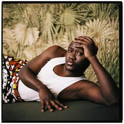 """Daniel (Uganda, 28 anos). """"Algumas tradições africanas dizem que a homossexualidade é uma maldição que vem de um demônio e que se lava com sangue. Aprendi de pequeno que ser bissexual em Uganda significava viver na clandestinidade. Sua família, sua comunidade, seu Governo iriam te rejeitar. Tampouco pode confiar seus segredos a pessoas próximas: quando era jovem, fui a uma festa e chamaram a polícia. Quando era um pouco mais velho, entrei na política. Começaram os avisos, alguns inclusive da minha família, de que algo iria acontecer comigo. Efetivamente, me atacaram. Para limpar meu sangue. Fugi para Nairóbi, mas as comunidades estão muito bem conectadas. Era questão de tempo que me encontrassem. Tinha lido que na Europa havia direitos para os homossexuais. É muito difícil ser homossexual em Uganda."""""""