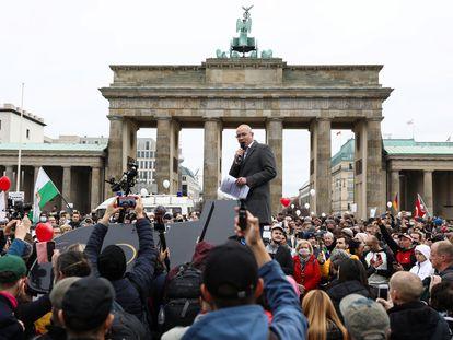 Hansjoerg Mueller, deputado da AfD, discursa em um protesto contra as medidas restritivas para combater o coronavírus, em Berlim, em novembro.