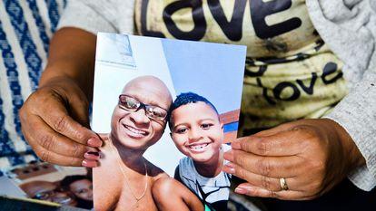 Evaldo Rosa e o filho, Davi, que estava dentro do carro quando o pai foi assassinado.