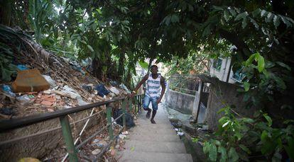 Sagat sobe o morro da Mangueira, no Rio.