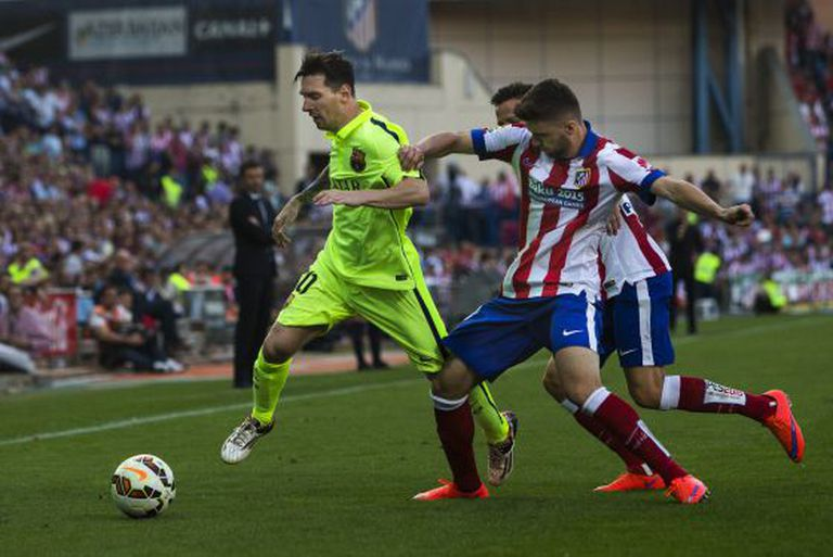 Messi conduz a bola entre a defesa do Atlético, durante o partido do domingo no Calderón.
