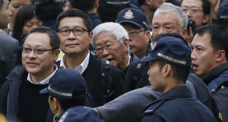 Benny Tai, Chan Kin-man, Joseph Zen e Chu Yiu-ming se entregam.