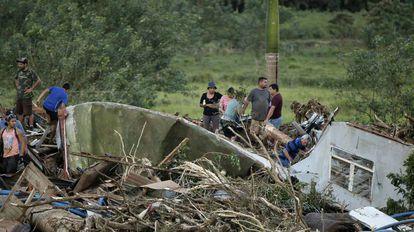 Em Bijagua, na Costa Rica, familiares se desesperam em busca de um bebê de oito meses, que desapareceu durante a passagem do furacão Otto. As imagens de destruição são da última sexta-feira, dia 25.