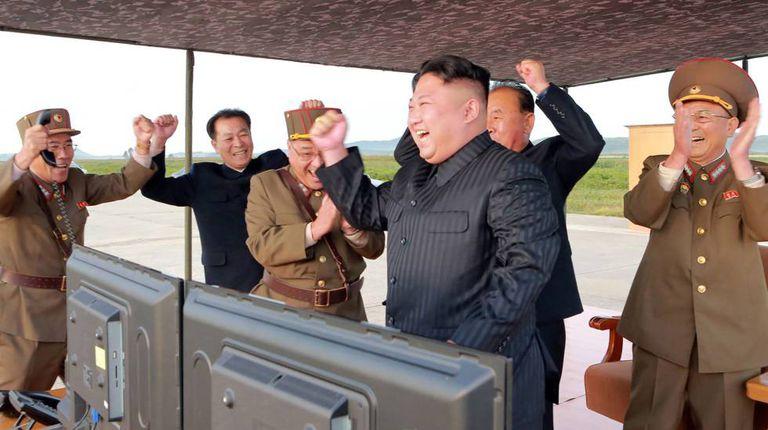 Kim Jong-un, o segundo a partir da direita, celebra depois de um teste de mísseis de longo alcance, em uma imagem divulgada em 16 de setembro de 2017