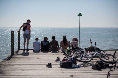 Jovens em um píer no mar de Southend, no Reino Unido, em 30 de março de 2021.