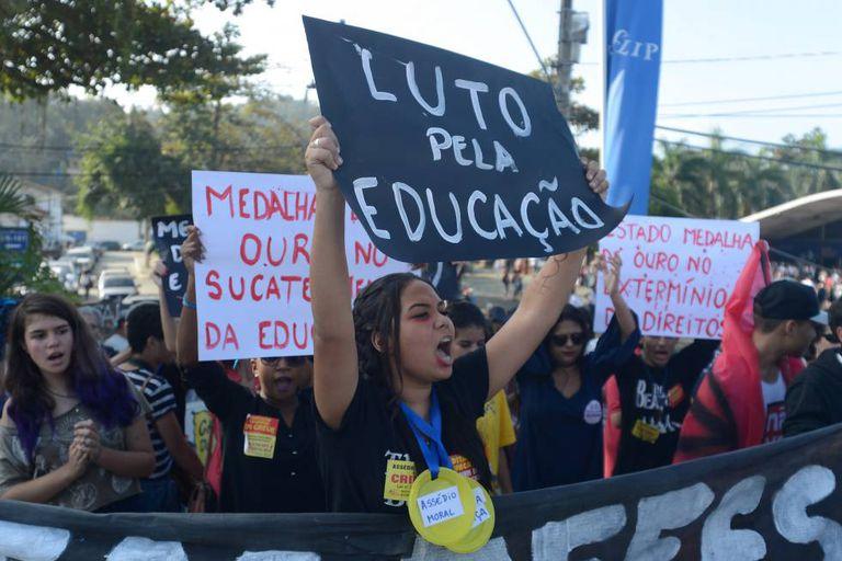 Estudantes de escolas públicas fazem protesto em Paraty, em julho.