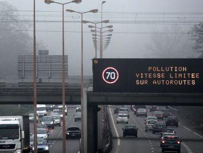 Um painel recomenda redução da velocidade para se poluir menos em Paris.
