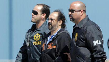 Agentes da DEA escoltam um paramilitar colombiano, em 2008.
